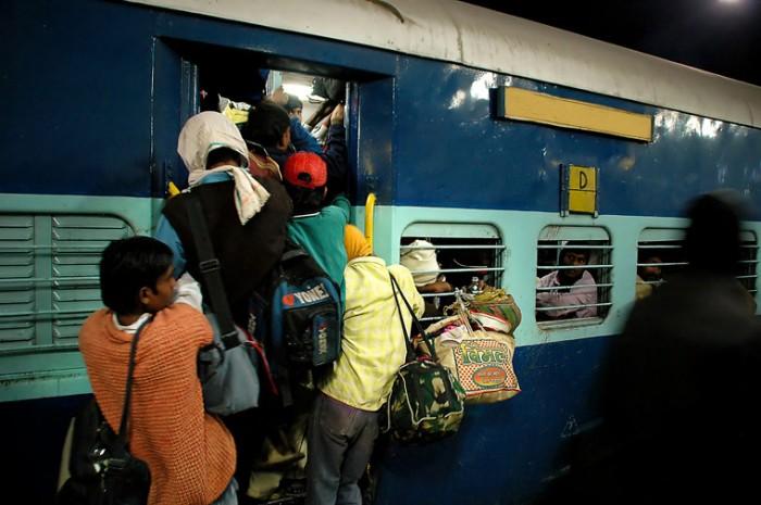 Sursă foto: http://2.bp.blogspot.com/_8ou7VF6gaog/TGkFHcgxuWI/AAAAAAAAARE/5GO_zzCRhYk/s1600/india_train.jpg