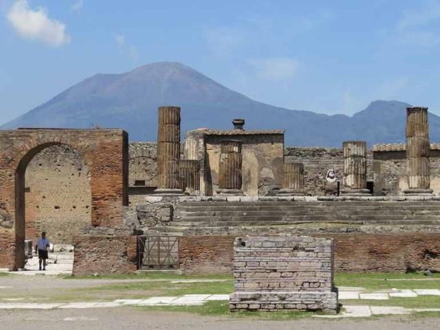 Pompeii cu Vezuviu in spate
