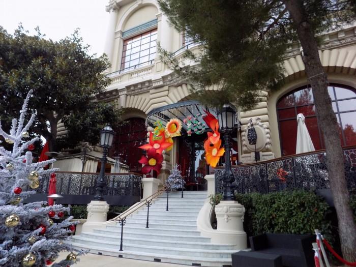 O intrare laterala a cazinoului impodonita pentru sarbatori