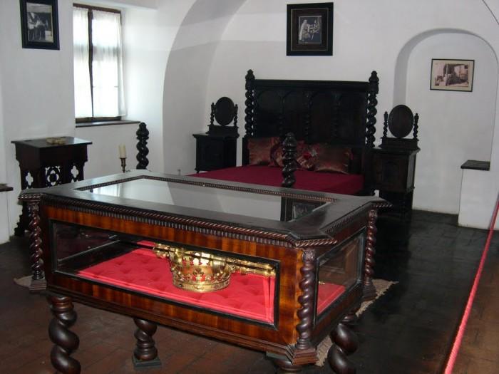 vitrina in care sunt expuse coroana si sceptrul