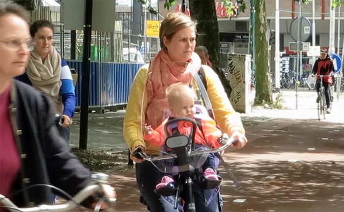 Sursa: https://bicycledutch.wordpress.com/2015/05/19/cycling-with-babies-and-toddlers/