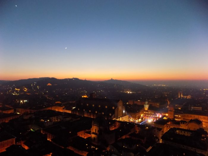 apus de soare peste Bologna