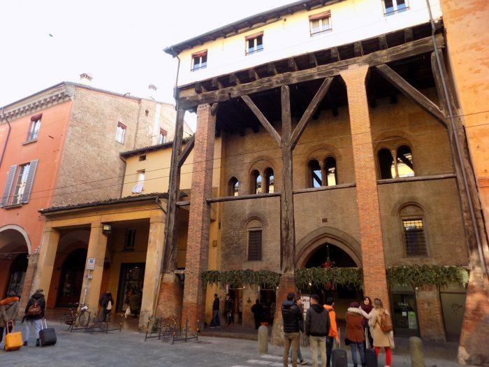 Model de portico vechi, din lemn, iar in partea superioara se pot vedea incaperile construite exact deasupra arcadei