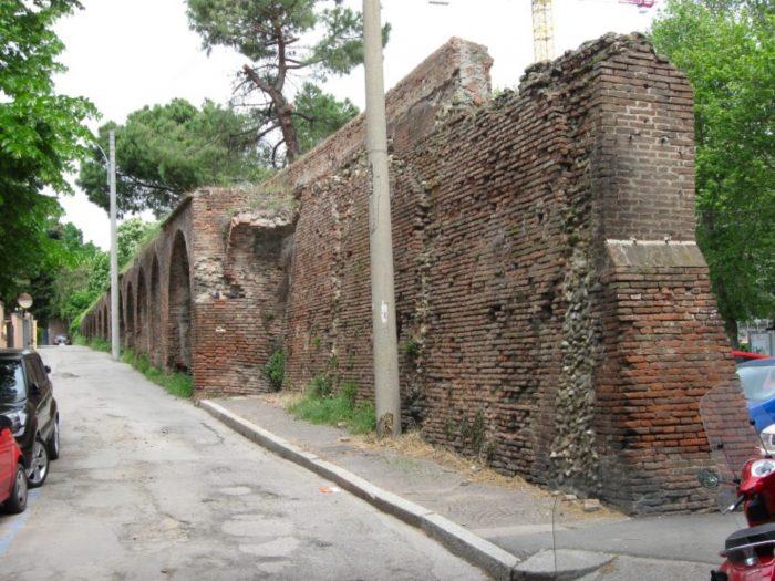 O portiune din zidul vechi, in zona Portii Maggiore